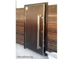 Entrance door of wood and metal